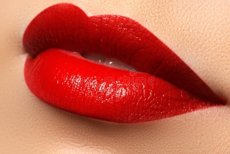 La sonrisa femenina feliz del primer con los dientes blancos sanos, los labios rojos brillantes construye foto de archivo libre de regalías
