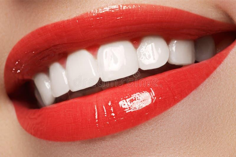 La sonrisa femenina feliz del primer con los dientes blancos sanos, los labios rojos brillantes construye Cuidado de la cosmetolo imagenes de archivo