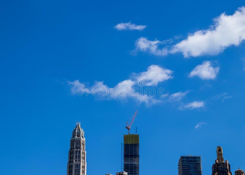 La sonrisa formada con las nubes cuelga en el cielo sobre los rascacielos de Chicago imágenes de archivo libres de regalías