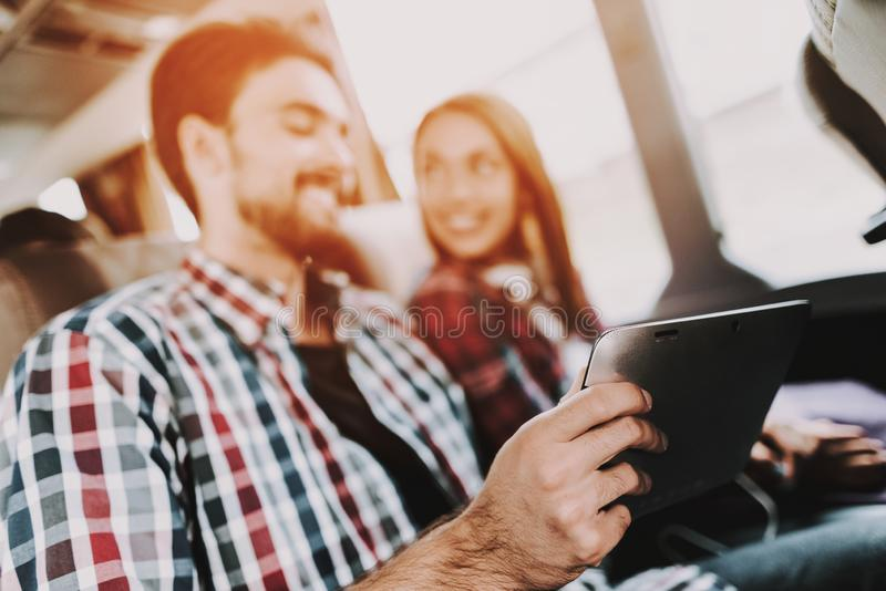 La sonrisa se junta usando la tableta de Digitaces en bus turístico foto de archivo libre de regalías