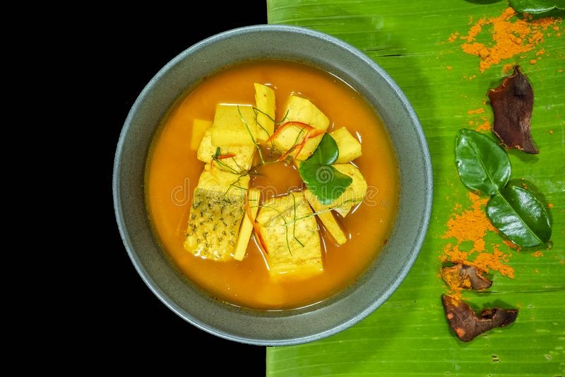 La sopa amarga hizo de la goma del tamarindo con los pescados, mordedores blancos imagenes de archivo