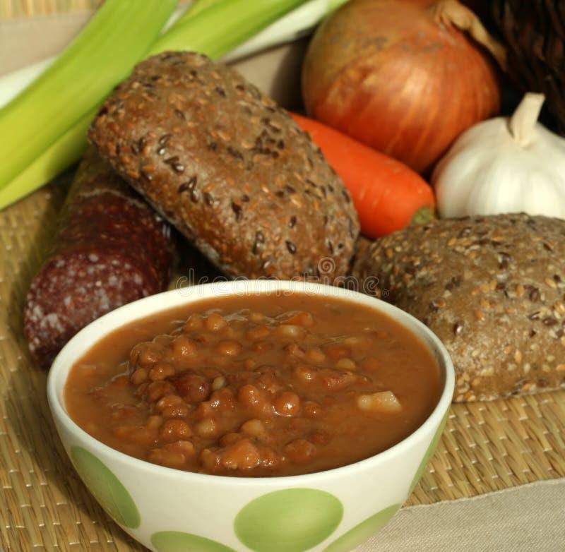 La sopa con las habas y el tomate imagen de archivo libre de regalías