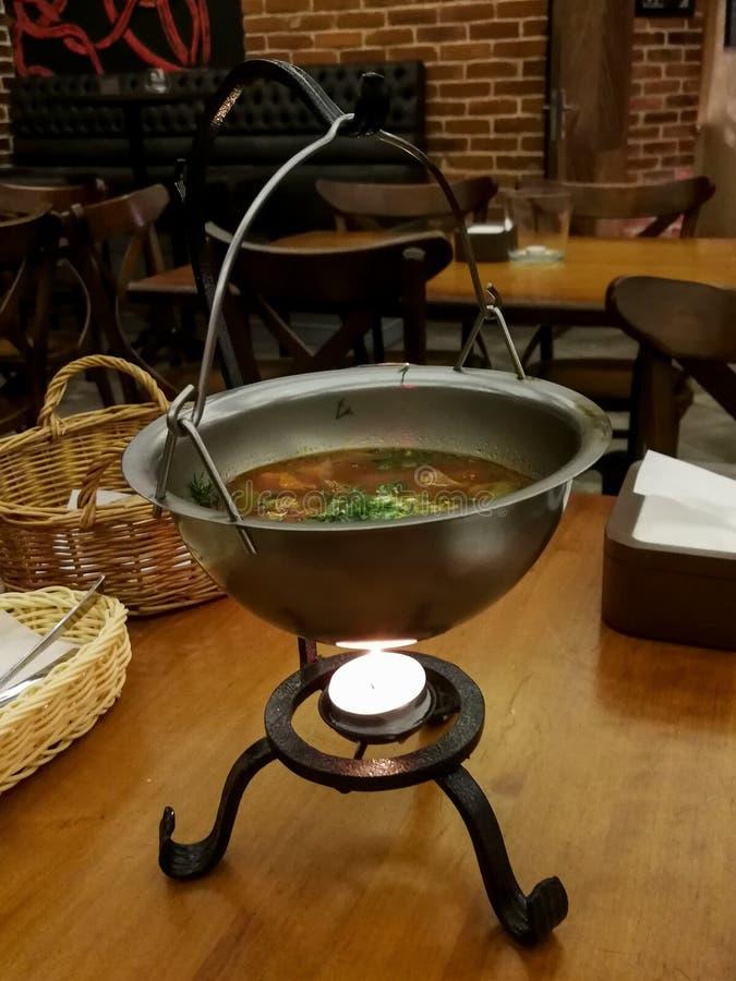 La sopa de verduras sabrosa sirvió en la tabla del restaurante fotografía de archivo