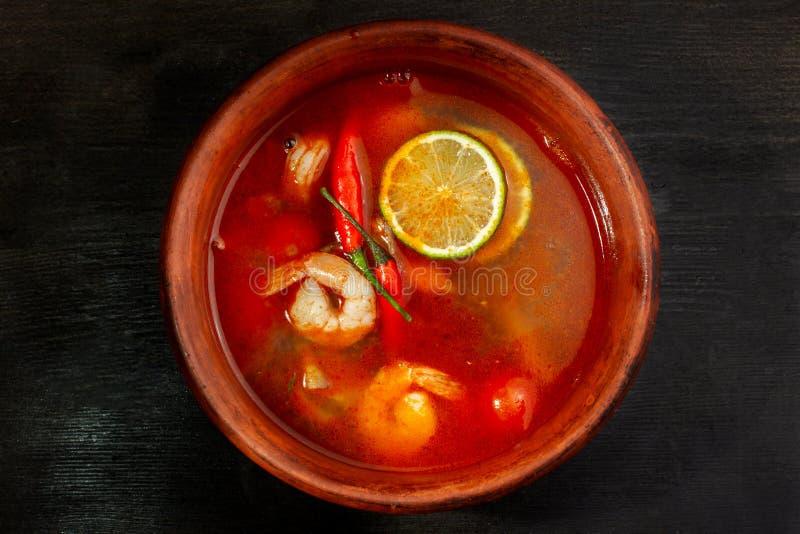 La sopa del camarón o comida del goongTraditional de Tom Yam en Tailandia contiene el chile, cal, jengibre, galangal, Cymbopogon, fotografía de archivo