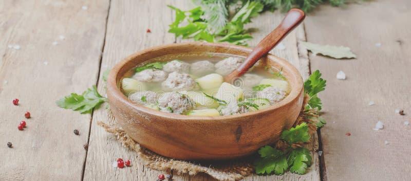La sopa hecha en casa con las albóndigas del pavo, las patatas y el perejil adentro cortejan imágenes de archivo libres de regalías