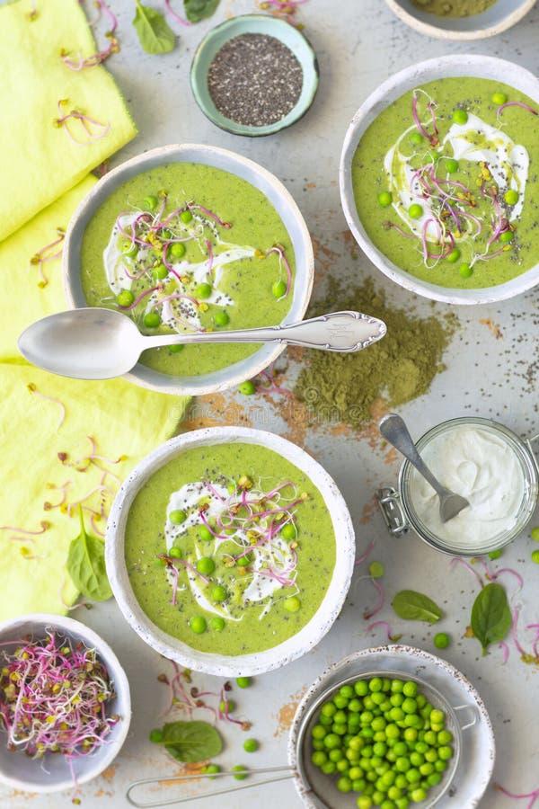 La sopa poner crema verde hizo con espinaca, el calabacín y las patatas imagen de archivo