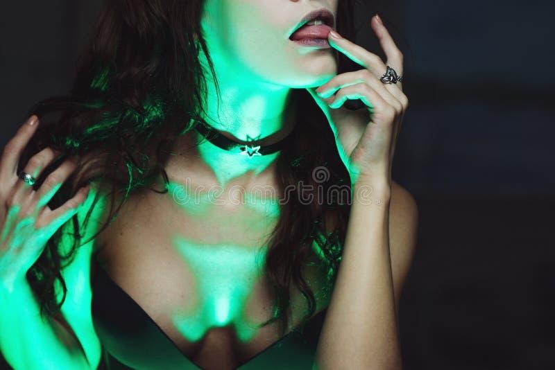 La sorcière crée la magie Belle et sexy femme avec une lumière mystique photos libres de droits