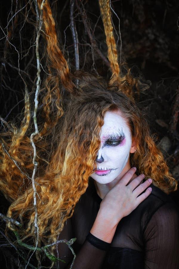 La sorcière dans la forêt foncée Halloween photographie stock