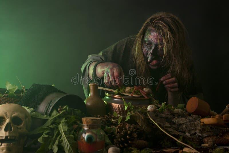 La sorcière fonctionne dans un laboratoire d'alchimie photographie stock libre de droits