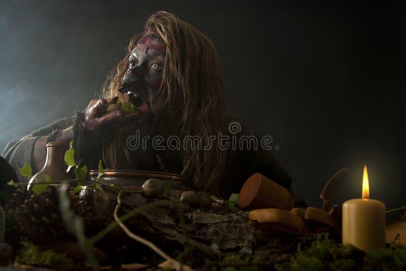 La sorcière laide mange l'mauvaise herbe photographie stock