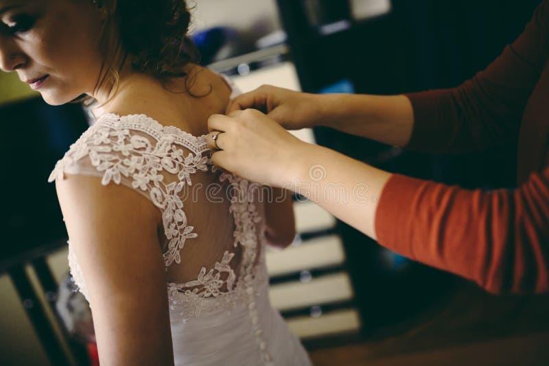 La sorella sposa d'aiuto prepara immagine stock