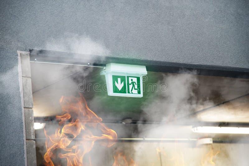 La sortie de secours de secours avec de la fumée et le feu flambe photos libres de droits