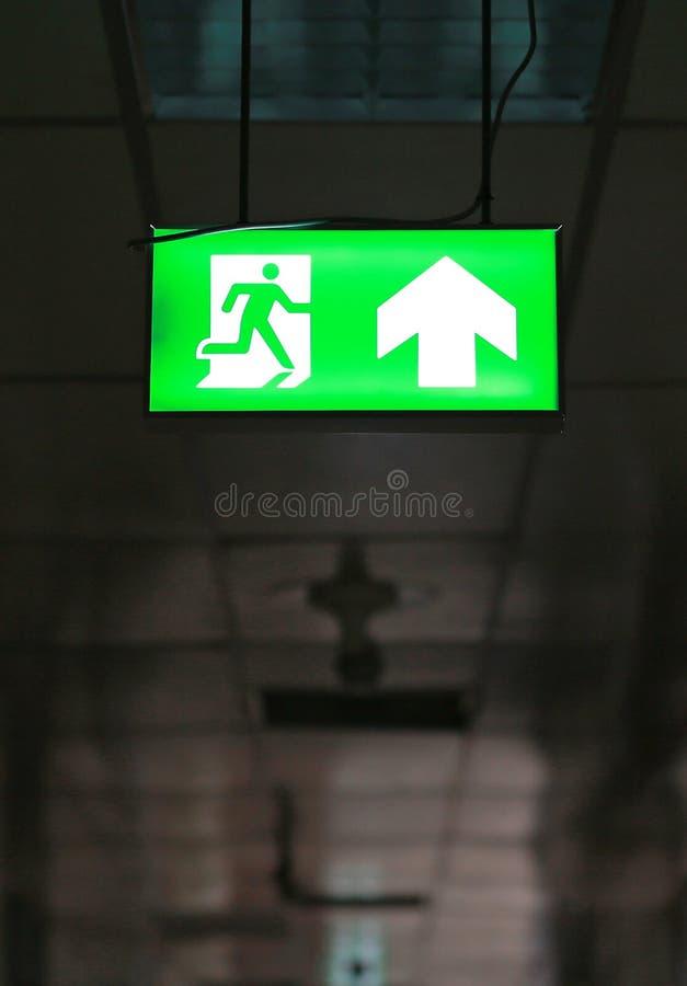 La sortie de secours verte signent dans l'édifice public photographie stock libre de droits