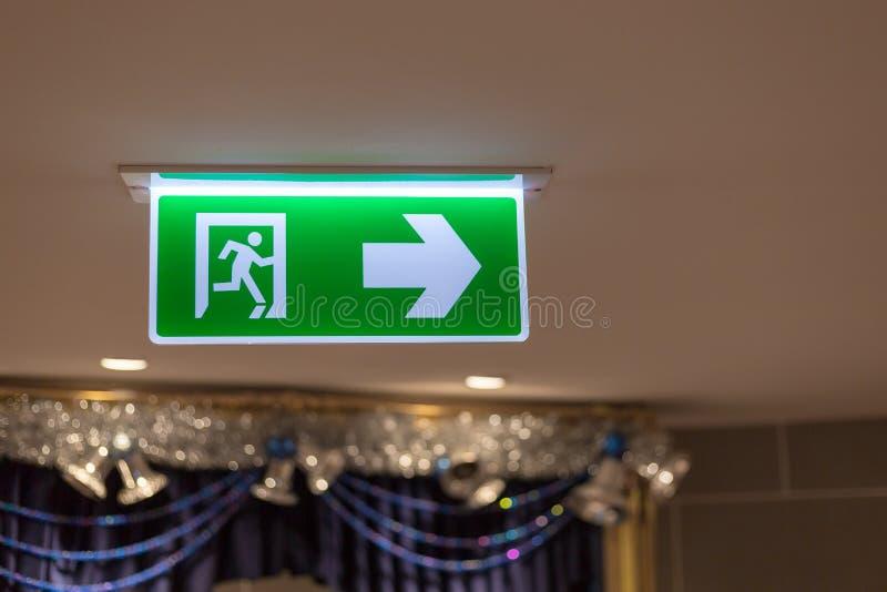 La sortie de secours verte signent dans l'?difice public images stock
