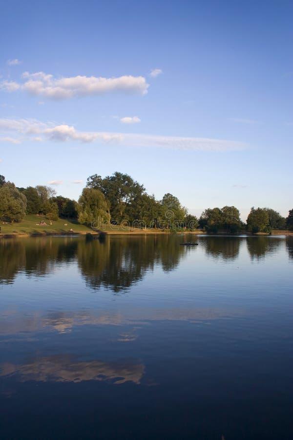 La sosta ha riflesso nel lago fotografia stock