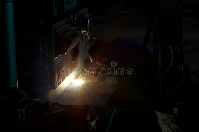 La soudeuse à l'ensemble industriel établit le rapport utilisant un arc électrique images libres de droits