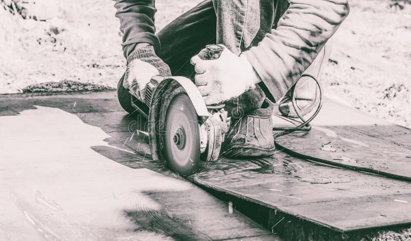 La soudeuse coupe le feuillard par la machine de broyeur d'angle photo stock