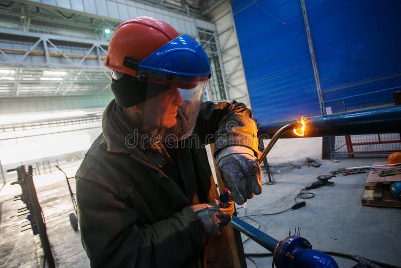 La soudeuse de gaz a coupé un tuyau au chantier naval de Zvezda images stock
