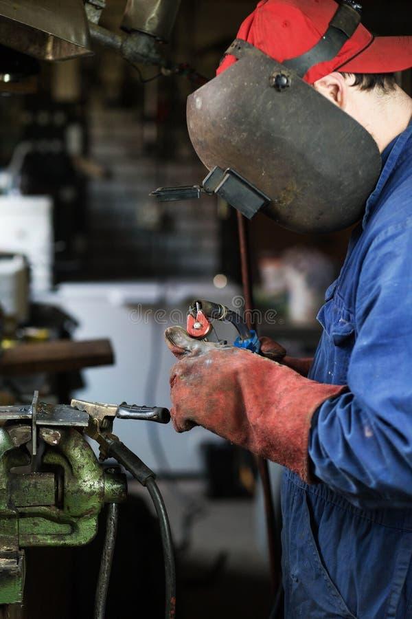 La soudeuse que les coupes repassent de la machine de soudure, soudeuse soude dans le garage image stock