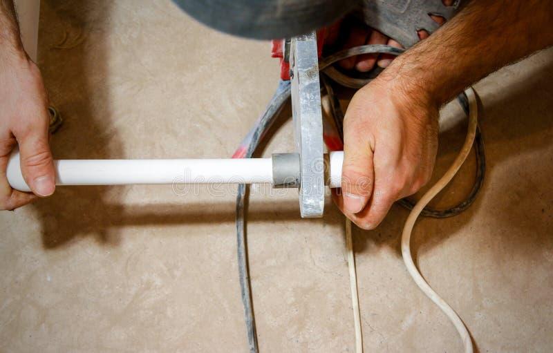 La soudure de plombier deux morceaux de polypropylène blanc siffle image libre de droits