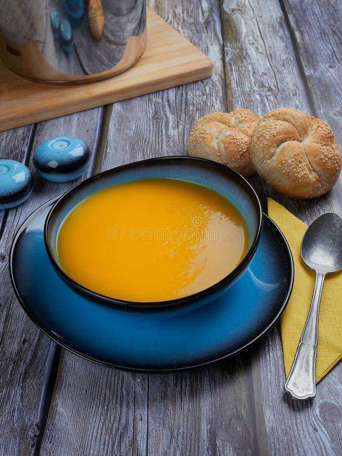 La soupe à courge de Butternut a servi dans une cuvette bleue image stock
