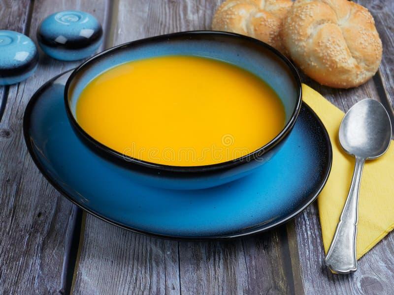 La soupe à courge de Butternut a servi dans une cuvette bleue images libres de droits