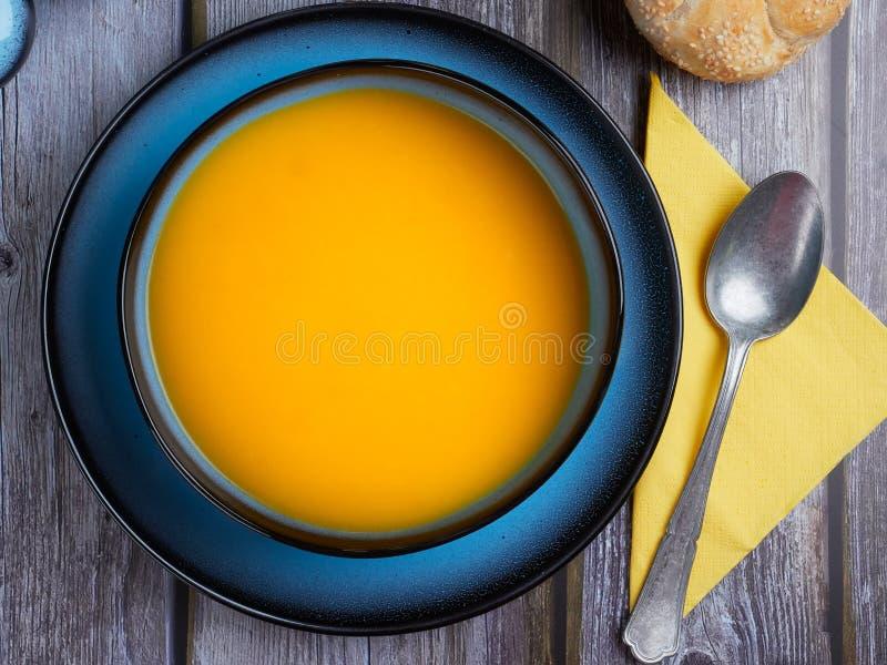 La soupe à courge de Butternut a servi dans une cuvette bleue photos stock