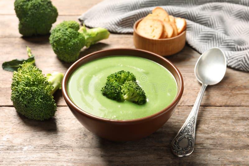 La soupe à detox de légume frais faite de brocoli a servi photographie stock libre de droits