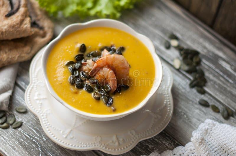 La soupe avec le potiron et la crevette pendant un automne délicieux déjeunent Nourriture saine Vue supérieure photo libre de droits