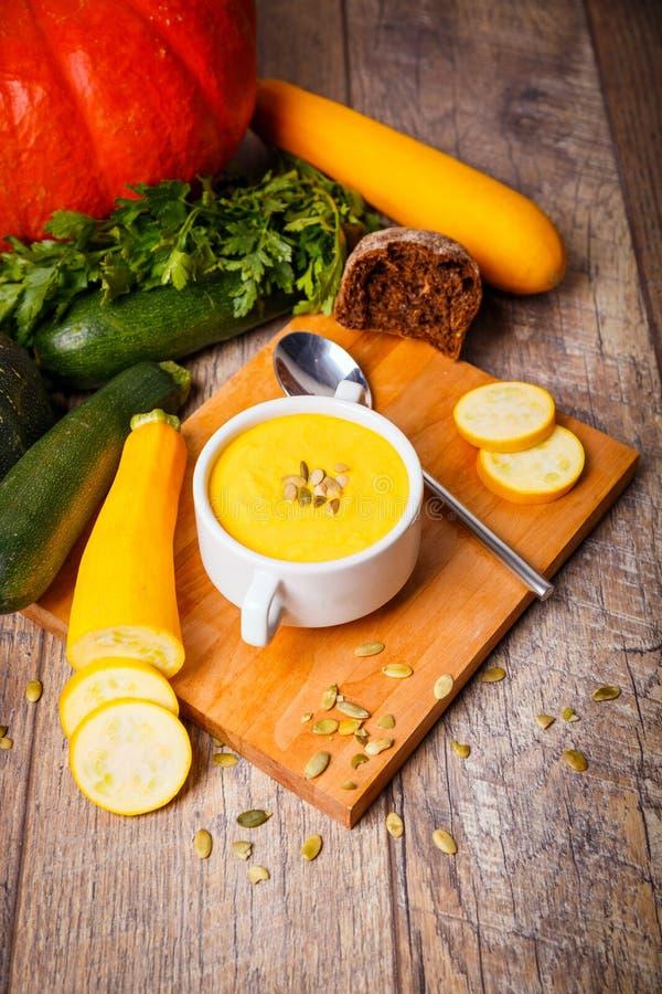 La soupe crème du potiron a servi avec les graines et les croûtons rôtis sur un fond en bois Concept de nourriture photos stock