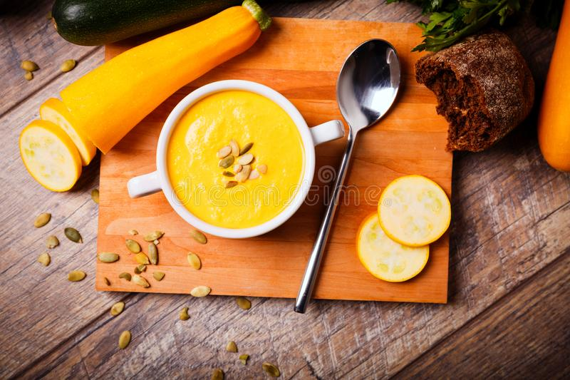 La soupe crème du potiron a servi avec les graines et les croûtons rôtis sur un fond en bois Concept de nourriture photo stock