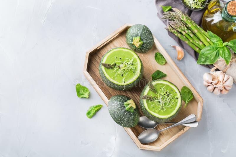 La soupe crémeuse saisonnière à épinards d'asperge a servi dans une courgette ronde photo libre de droits