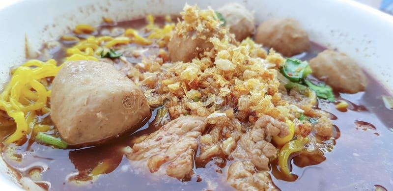 La soupe de nouilles thaïlandaise d'oeufs avec la boulette de viande et le boeuf coupés en tranches a servi dans une cuvette photo stock