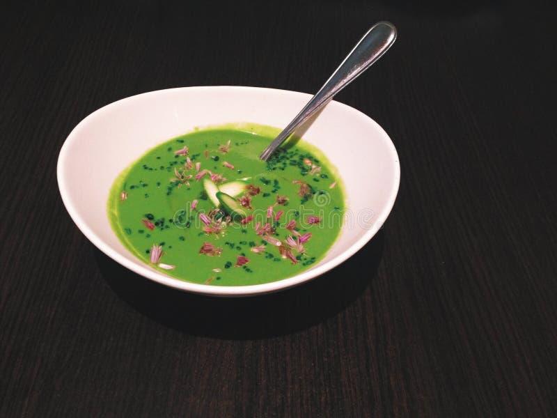 La soupe effrayante à asperge a complété avec la ciboulette et les fleurs de ciboulette photographie stock