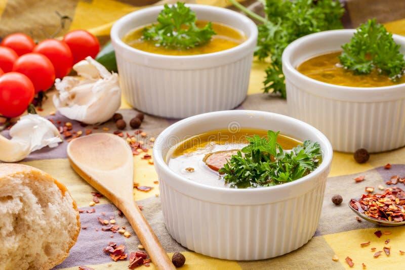 La soupe faite maison à saucisse avec le persil en ramekin blanc roule image stock