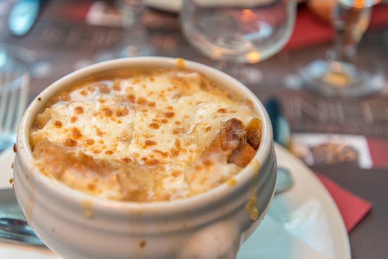 La soupe française à oignon a servi dans un restaurant à Chamonix, France photos libres de droits