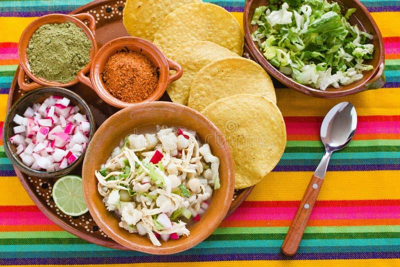 La soupe mexicaine à maïs de Pozole, nourriture traditionnelle au Mexique a fait avec des grains de maïs photos stock