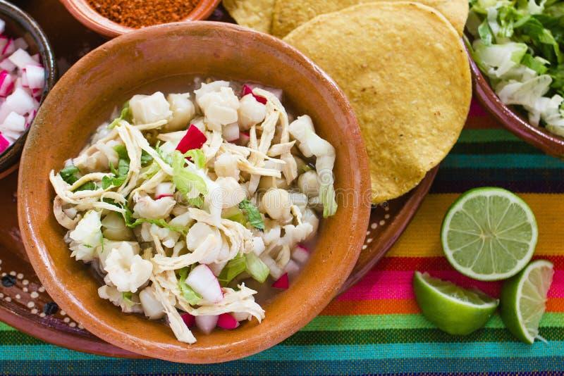 La soupe mexicaine à maïs de Pozole, nourriture traditionnelle au Mexique a fait avec des grains de maïs photo libre de droits