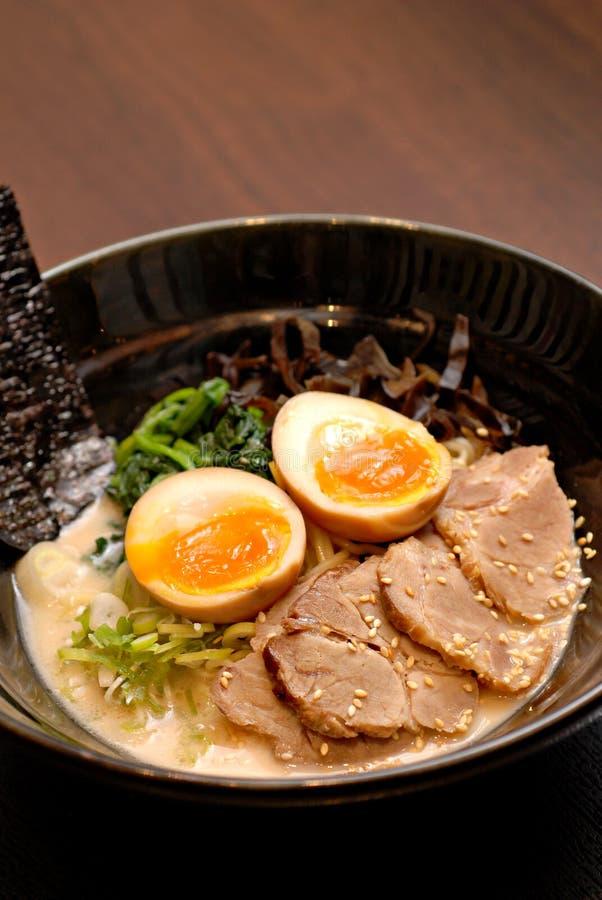 La soupe miso japonaise à nouille images stock