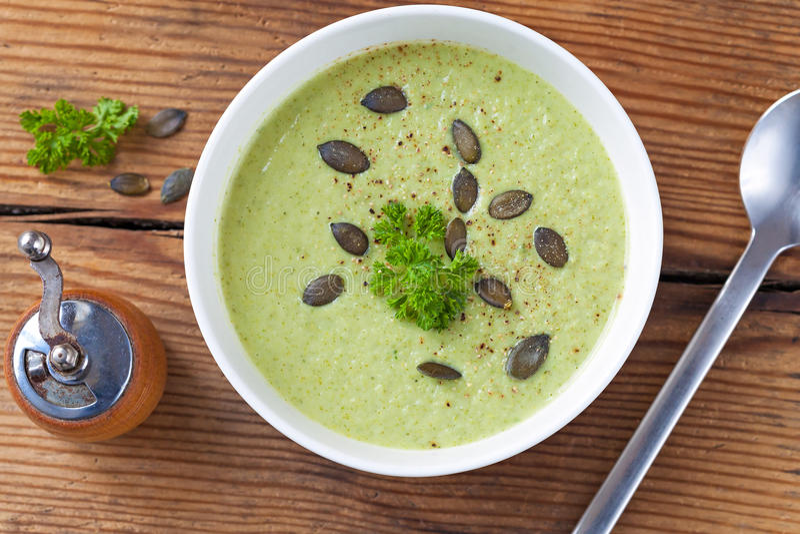 La soupe verte faite maison à crème de brocoli a servi dans la cuvette blanche photographie stock libre de droits