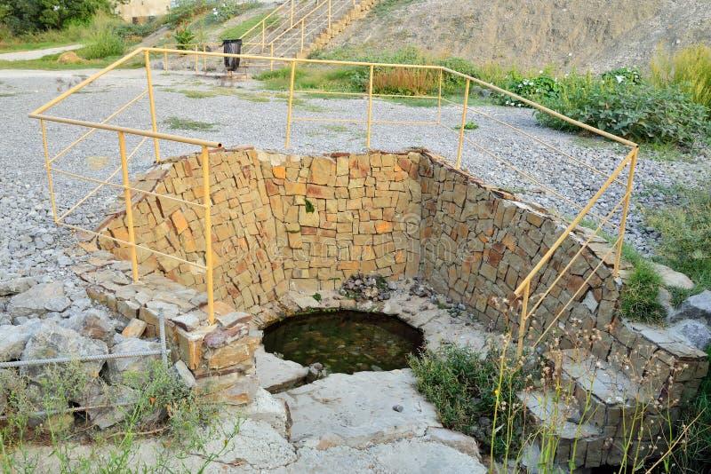La source de l'eau dans une finition en pierre photos stock