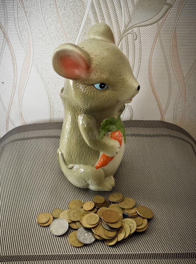 La souris est une belle tirelire en céramique pour l'argent photos libres de droits