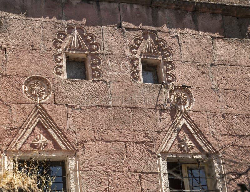 La spéléologie en pierre a conçu la maison historique dans Guzelyurt, Aksaray image stock