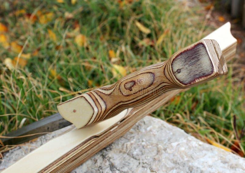 La spada di legno della guaina sta su un supporto su una pietra immagini stock