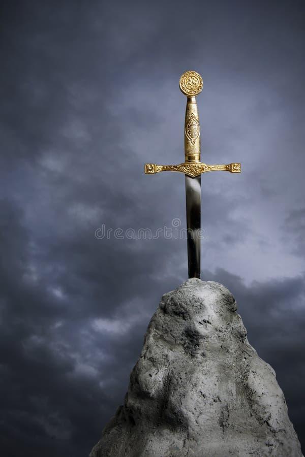 La spada nella pietra fotografia stock libera da diritti