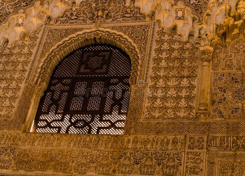 La Spagna, Andalusia, Alhambra, moresco, finestra nera della grata nella progettazione complessa scolpita della parete immagini stock libere da diritti