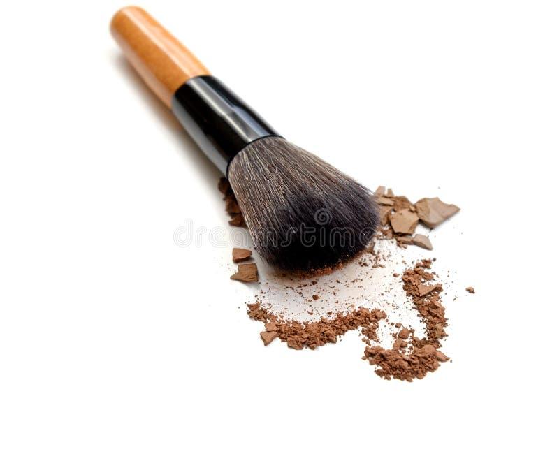 La spazzola di trucco con colore compone la polvere isolata su bianco immagine stock libera da diritti