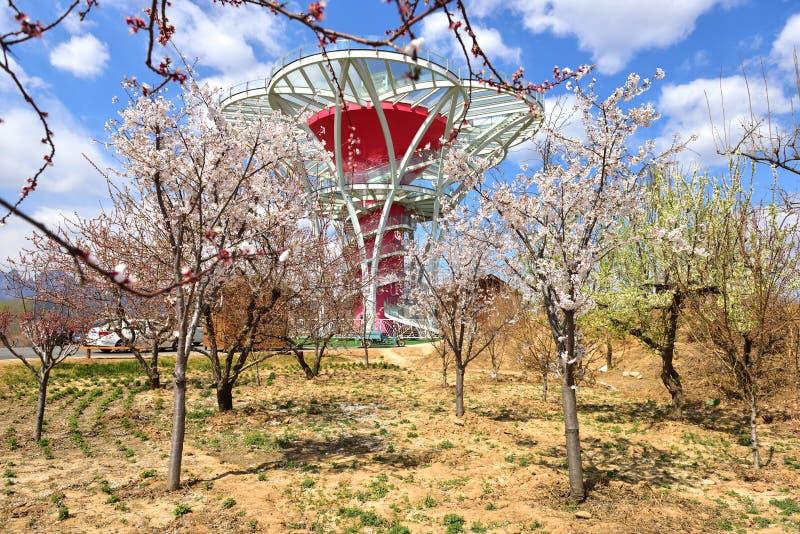 La Specchio-Fiore-Terrazzo-breve torre d'esame di vetro nelle regioni montagnose difficili della Cina del Nord fotografia stock