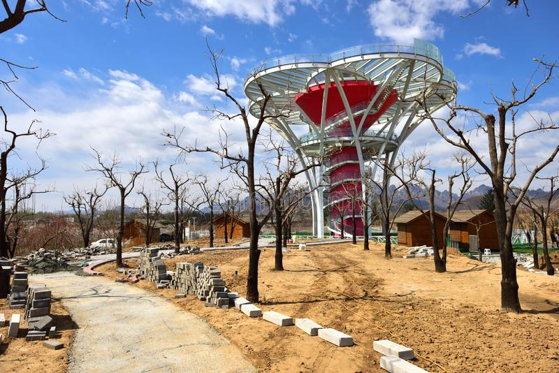 La Specchio-Fiore-Terrazzo-breve torre d'esame di vetro nelle regioni montagnose difficili della Cina del Nord immagine stock libera da diritti