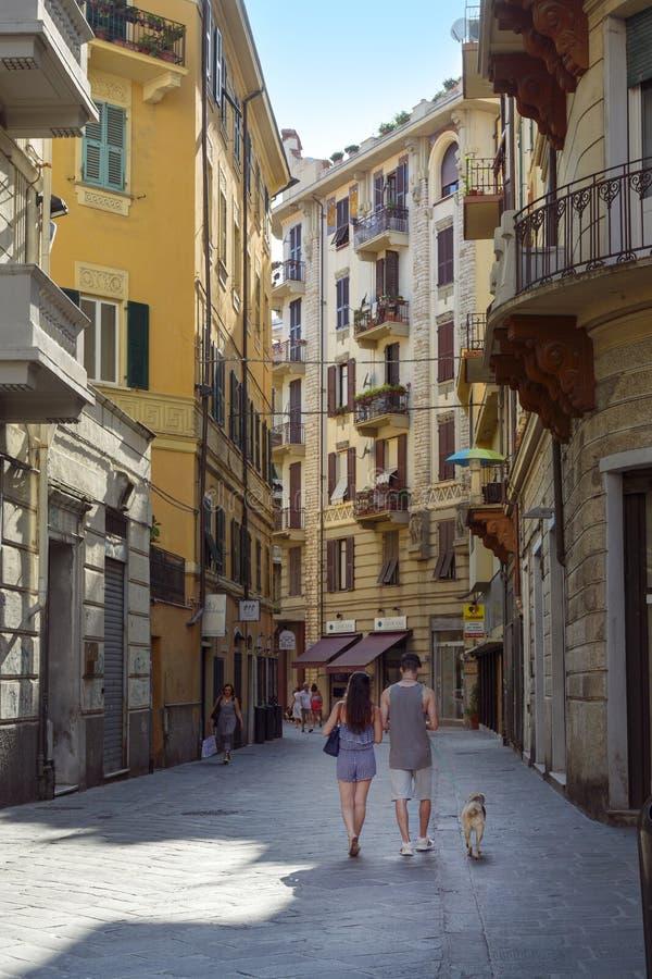 LA SPEZIA, ITÁLIA, 4 DE JULHO DE 2019: um jovem casal de trás andando pela rua estreita de compras na velha cidade de La Spezia, foto de stock